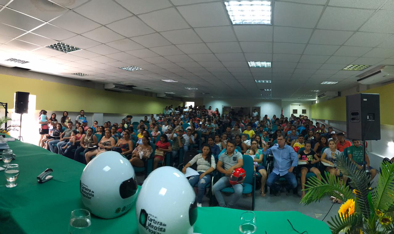 Detran realiza a entrega de 490 capacetes aos beneficiados do Programa de CNH Popular