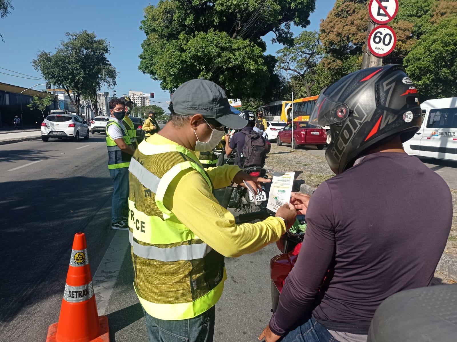 Detran-CE realiza blitz educativa na Avenida Godofredo Maciel para celebrar o Dia do Motociclista
